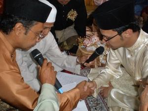 Ayah yang bergetar suaranya saat meng'akadkan saya tanda menyerahkan amanah besar pada Abu Thana'..